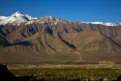 Chaîne de Stok Kangri et vallée de Leh, Leh-Ladakh, Inde Photos stock