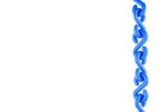 Chaîne en plastique bleue mise en tant que tout droit droite d'isolement Photo stock