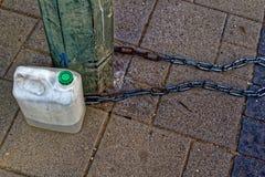 Chaîne et bouteille sur la rue Photo libre de droits