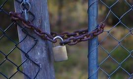 Chaîne et cadenas fermant à clef la porte en métal photos libres de droits