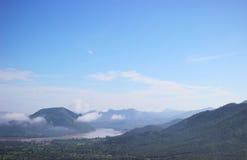 Chaîne et rivière de montagne Photos libres de droits