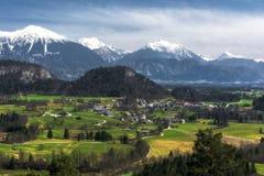 Chaîne Karawanks de village et de montagne en Slovénie photo stock