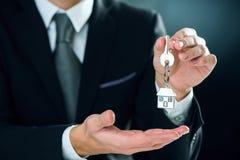 Chaîne principale avec la clé à disposition d'un vrai agent immobilier image stock