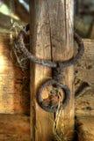 Chaîne rouillée sur la barrière en bois image stock