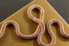 Chaîne tricotée par or photos libres de droits