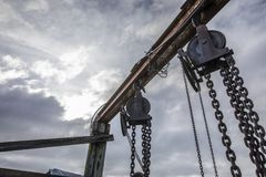 Chaînes accrochantes au vieux dock photographie stock