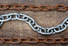 Chaînes blanches de fer et chaîne rouillée Photo libre de droits