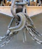 Chaînes d'excavatrice et crocs à échappement de levage en gros plan Photo libre de droits
