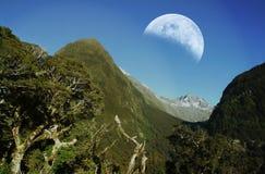 Chaînes de montagne avec la lune Image libre de droits
