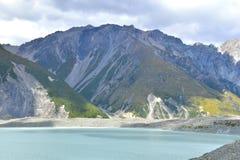 Chaînes de montagne par le lac Tasman Photos stock