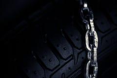 Chaînes de neige sur le pneu Photo stock