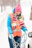 Chaînes pour pneumatiques de problèmes de véhicule de l'hiver de femme image libre de droits