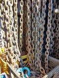 Chaînes, Tow Truck Chains Hanging dans des caisses Image libre de droits