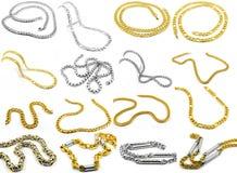 Chaînes - un ensemble de bijoux sur un fond blanc Images stock