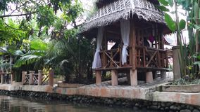 Chałupa domy wzdłuż spowodowany przez człowieka rzeki w parku tematycznym zbiory