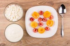 Chałupa jogurt, ser, talerz morele i słodkie wiśnie i, Obrazy Royalty Free