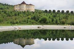 Chałupa odbija w wiosny jeziorze Psiarni arboretum Kwitnąca dolina Zdjęcie Royalty Free