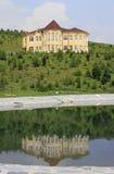 Chałupa odbija w wiosny jeziorze Psiarni arboretum Kwitnąca dolina Zdjęcia Royalty Free