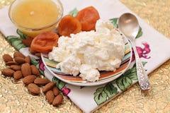 Chałupa ser, miód, wysuszone morele i migdały, Obraz Stock