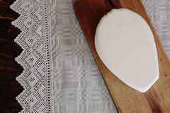 Chałupa ser pn drewniany stołu i pościeli tablecloth Zdjęcia Stock