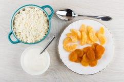 Chałupa ser, tangerines i wysuszone morele, kwaśna śmietanka, łyżka Zdjęcia Stock