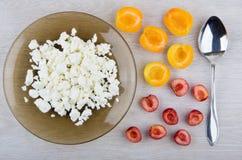 Chałupa ser w talerzu, kawałki morele i słodkie wiśnie, Obraz Royalty Free
