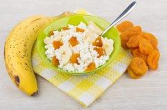 Chałupa ser z kawałkami wysuszone morele i banany Zdjęcia Stock