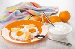 Chałupa ser z kwaśną śmietanką, tangerines, wysuszone morele, napk Zdjęcia Stock