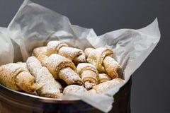 Chałupa sera bagels z sproszkowanym cukierem na pergaminie zdjęcia stock