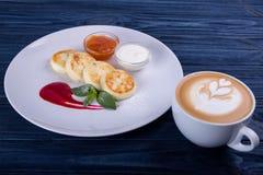 Chałupa sera blinów Rosyjski syrniki z cranberry dżemem i jogurtem, selekcyjna ostrość Fotografia Stock