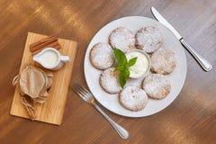 Chałupa sera fritters lub bliny Tradycyjna rosjanina i kniaź kuchnia Zdjęcie Royalty Free