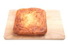 Chałupa sera kulebiak na drewnianej desce na białym tle Obrazy Royalty Free
