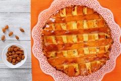 Chałupa sera kulebiak z rodzynkami, migdały zdjęcia royalty free