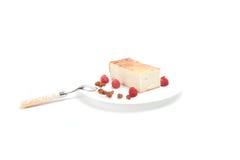 Chałupa sera potrawka z malinkami, rodzynki na biali półdupki Obrazy Royalty Free