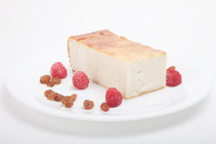 Chałupa sera potrawka z malinkami, rodzynki na biali półdupki Obraz Stock
