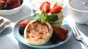 Chałupa sera syrniki z jagodami lub bliny zbiory wideo