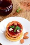 Chałupa sera torty Smażący chałupa sera torty z jagodowym dżemem i migdałami na białym talerzu Tradycyjny ukraiński syrniki przep Fotografia Royalty Free