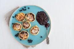 Chałupa sera torty z świeżą czarną jagodą i jeżynowym dżemem Zdjęcia Stock