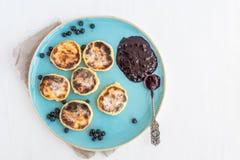 Chałupa sera torty z świeżą czarną jagodą i jeżynowym dżemem Fotografia Stock