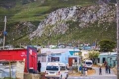 Chałupa stwarza ognisko domowe w społeczności miejskiej pod masywną górą w Kleinmond, Zachodni przylądek, Południowa Afryka zdjęcia stock