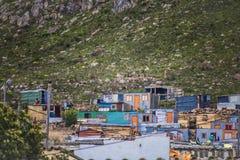 Chałupa stwarza ognisko domowe w społeczności miejskiej pod masywną górą w Kleinmond, Zachodni przylądek, Południowa Afryka obraz royalty free