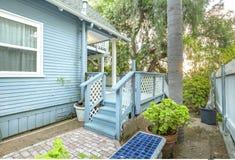 Chałupa stylu dom z dziecka błękita zieleni i koloru drzewkami palmowymi obrazy royalty free