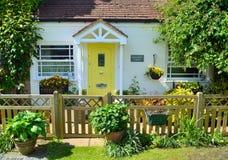 Chałupa z palika ogrodzeniem i koloru żółtego drzwi Fotografia Royalty Free