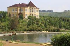 Chałupy i wiosny jezioro Psiarni arboretum Kwitnąca dolina Fotografia Stock