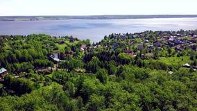 Chałupy miasteczko na tła błękita jeziorze klamerka Odgórny widok kraj wioska w lasowym terenie jeziorem zbiory wideo