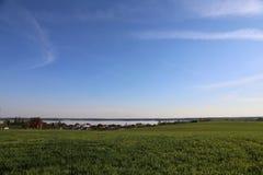 Chałupy na tle woda i niebo, wioska Laporovichi, Zaslavskoe rezerwuar, Minsk region zdjęcie royalty free