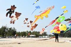 CHA-, MORGENS-STRAND - 28. MÄRZ: Internationales Drachen-Festival Thailands Stockfotografie