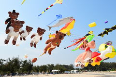 CHA- AM STRAND - 28 MAART: Internationaal de Vliegerfestival van Thailand Stock Foto