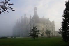 ChA¢teauu在早晨薄雾的de Chambord 免版税库存照片