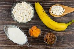 Chałupa ser, jogurt, banany, wysuszone morele, rodzynki i spo, Zdjęcia Stock